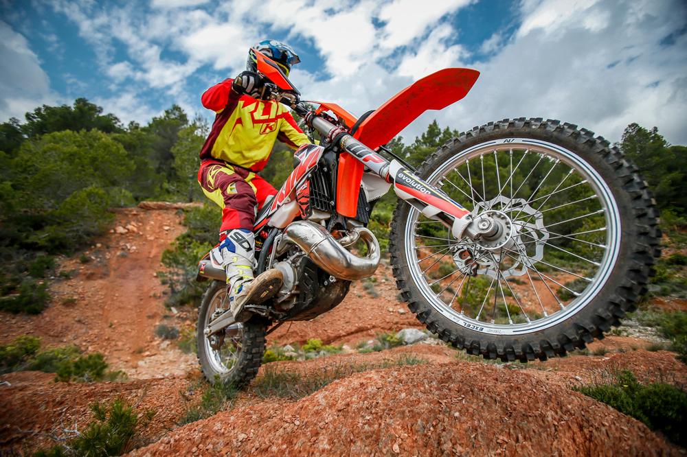 Si vas a rodar en circuito es necesario que tengas un seguro de responsabilidad civil por los daños que pudieras ocasionar con tu moto de campo