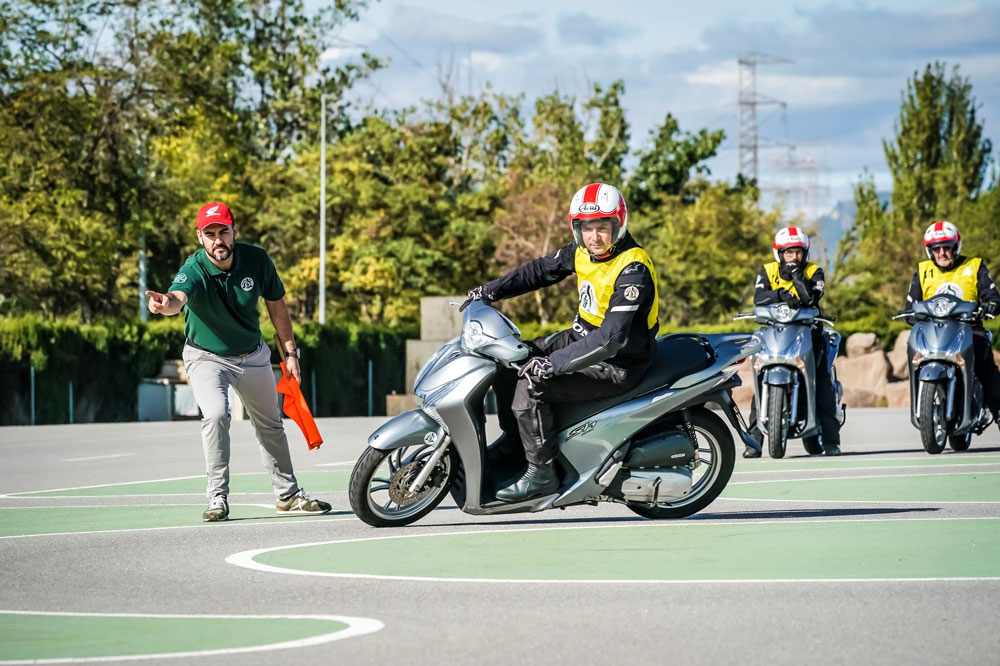 Para preparar el examen de moto deberás superar pruebas teóricas y prácticas