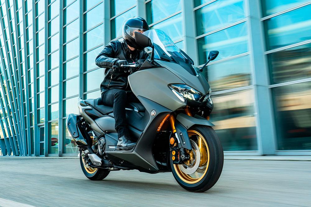 Nosotros no te recomendamos que te limites a sacarte el carnet de moto sólo para motos automáticas, con algo de práctica te será más sencilla la prueba de circuito con una moto con embrague
