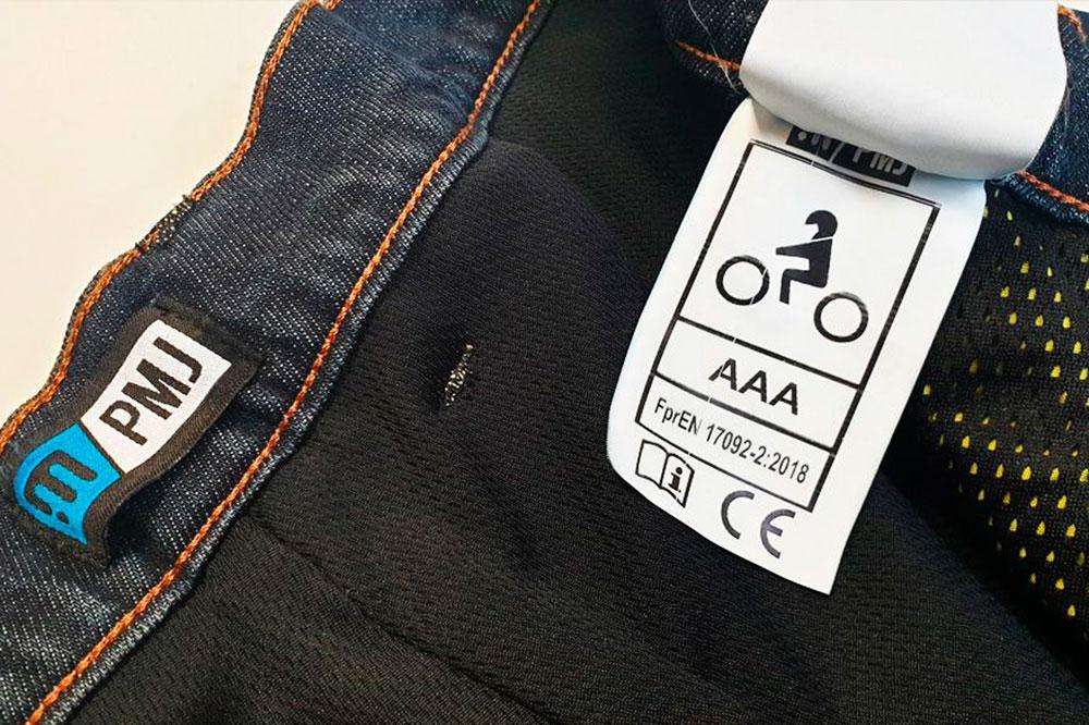 Solo tienes que mirar el etiquetado de tu equipamiento de moto para ver el tipo de homologación